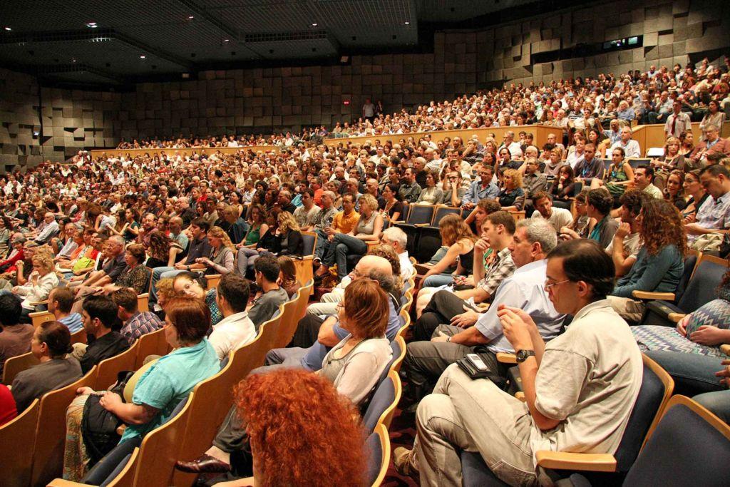 Большой зал вмещает более 1100 мест