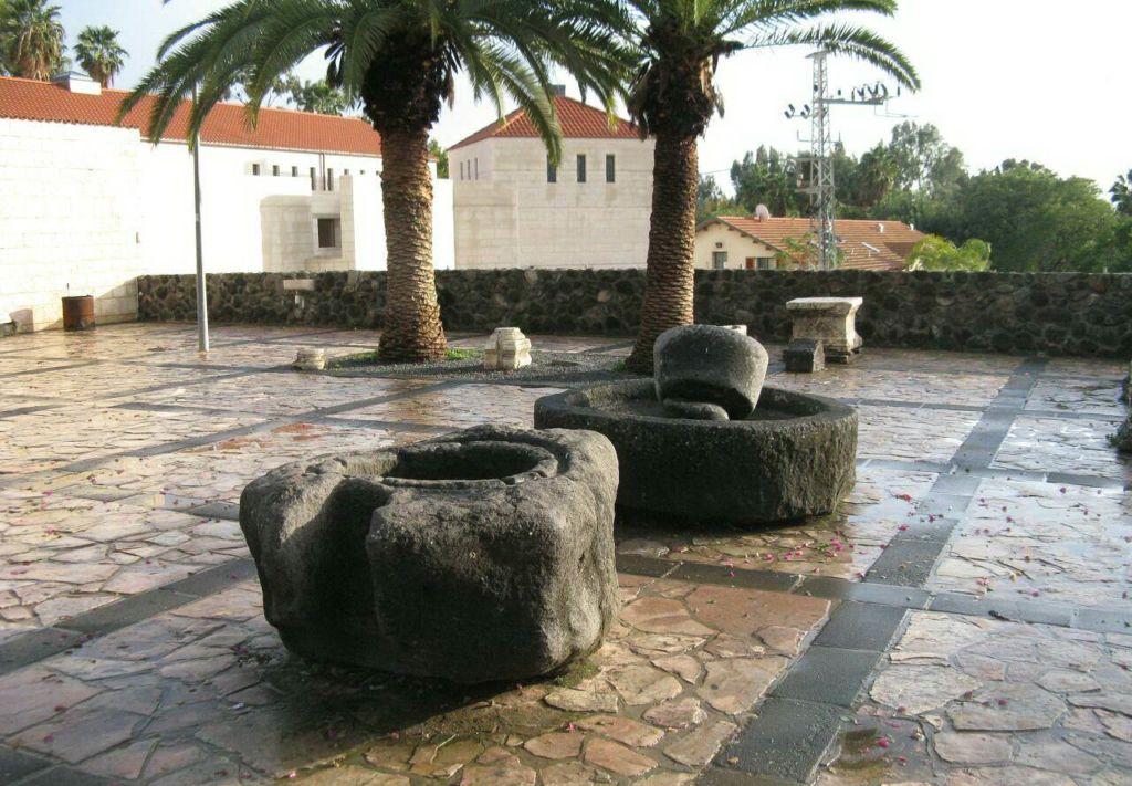 Во дворе расположен фонтан семи источников