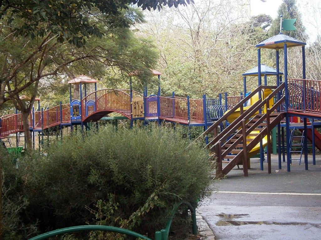 Здесь много детских игровых площадок