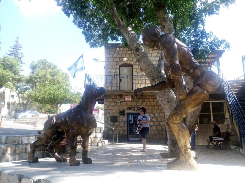 Место очень живописное, вокруг много скульптур и арт объектов
