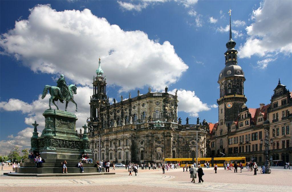 Панорама зданий Театральной площади сформировалась в XVIII – XIX веках, по своему стилю представляет собой яркий образец саксонского барокко