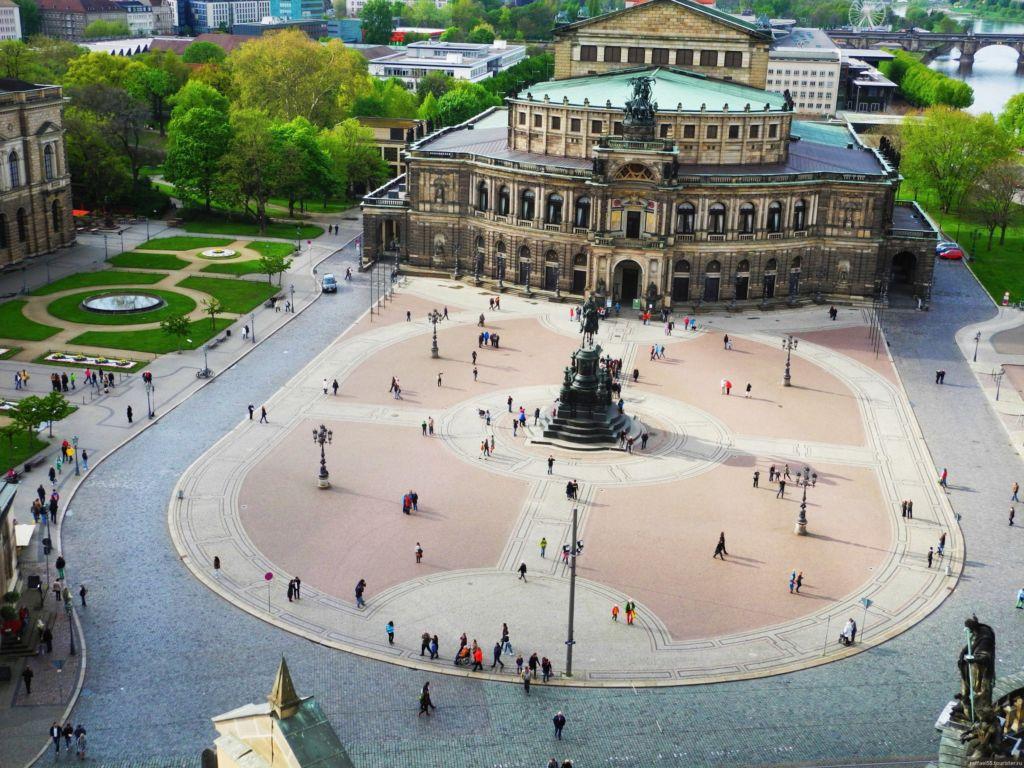 В центре площади – памятник просвещенному монарху – королю Саксонии Иоганну, который к тому же перевел на немецкий «Божественную комедию» Данте
