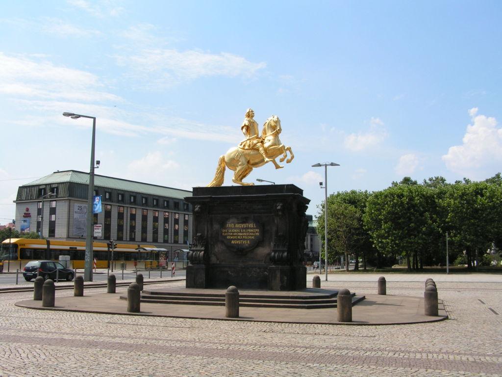 Памятник находится на площади Нойштедтер Маркт между мостом Аугустусбрюкке и улицей Хауптштрассе