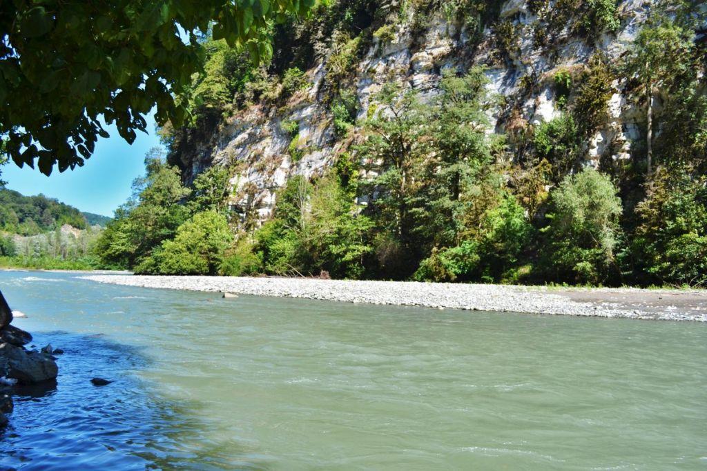Река Мзымта в Адлере и на всем протяжении отличается невероятной красотой, живописные берега ее не могут оставить равнодушным никого
