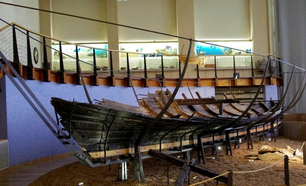 Главная достопримечательность в экспозиции музея - это древний корабль