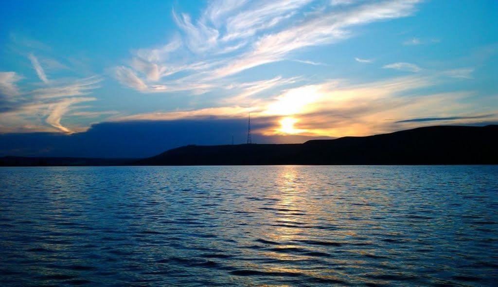 По водохранилищу можно прогуляться на лодке или катамаране