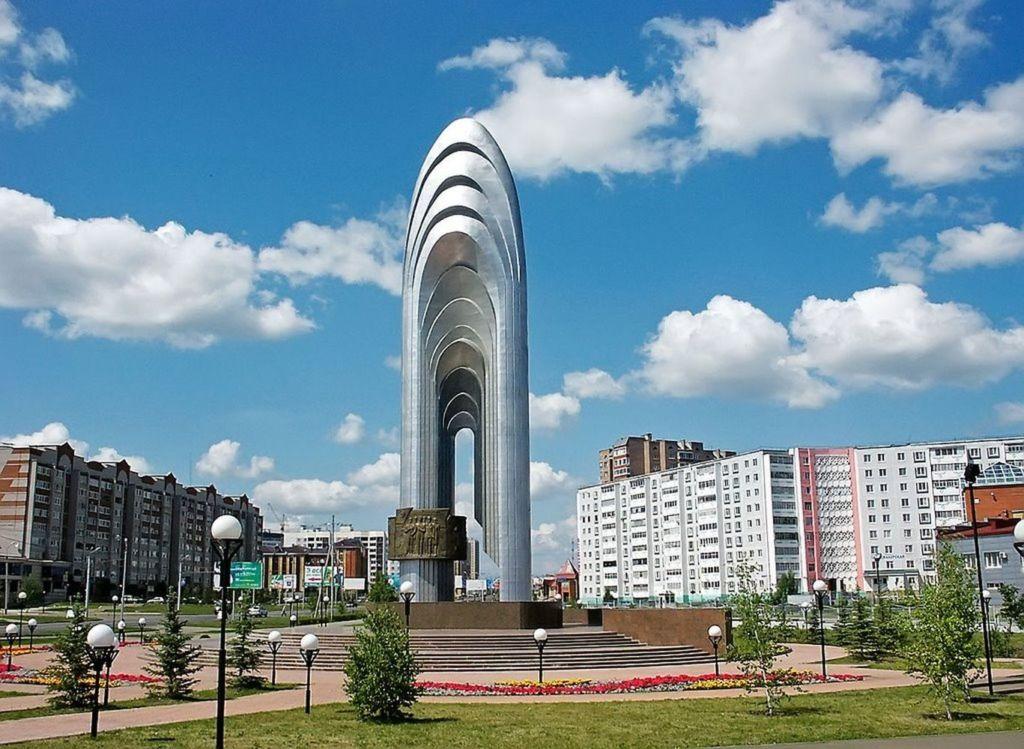 Памятник олицетворяет нефтяное богатство города