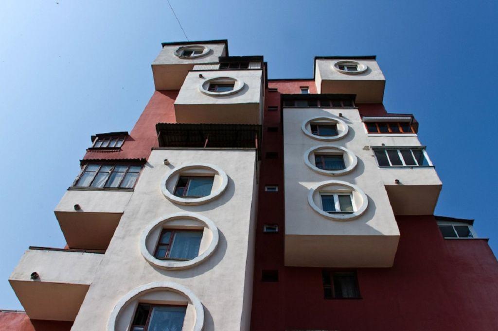 Построен в советские времена, ухоженный и покрашенный дом не теряет своей популярности у туристов и сейчас