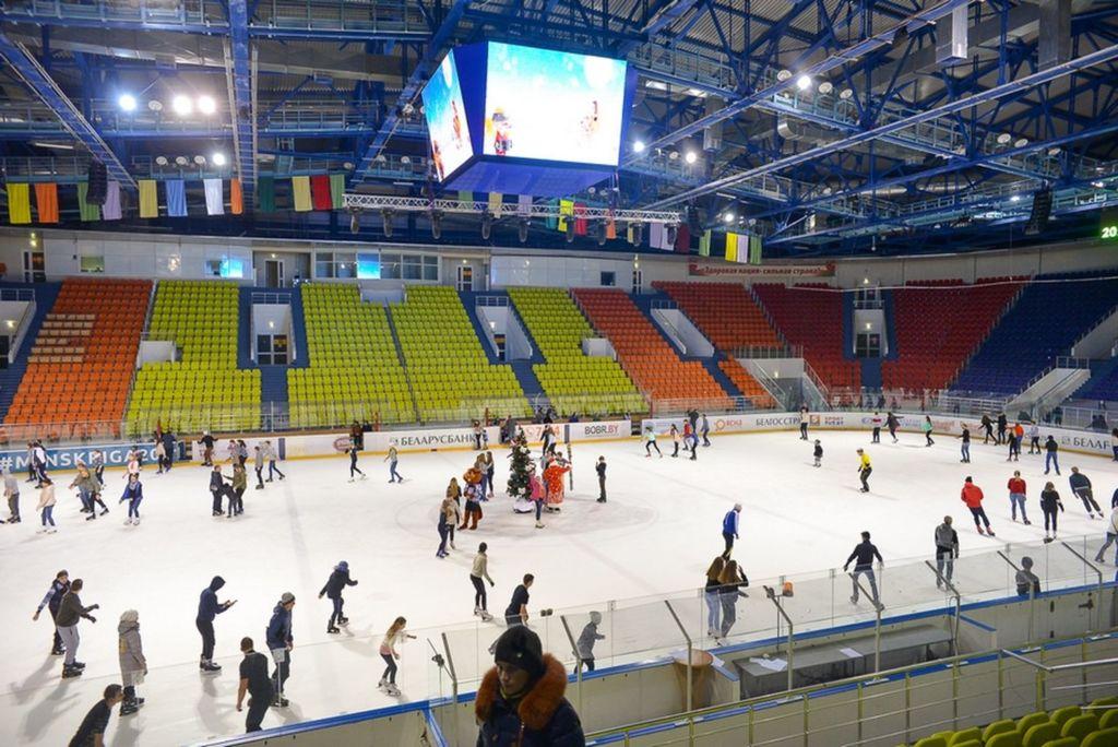 Здесь проводятся хоккейные матчи, функционирует детская и юношеская спортивная школа