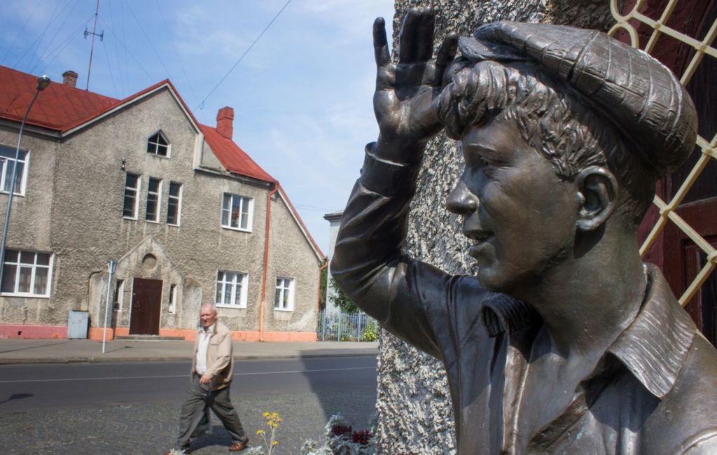 Памятник расположился у входа в бар-ресторан «Червоная вежа»