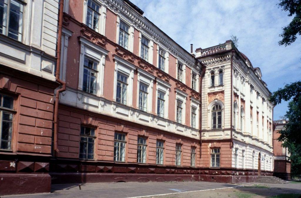 Сейчас в здании гимназии, а потом читальни располагается корпус Славянской гимназии