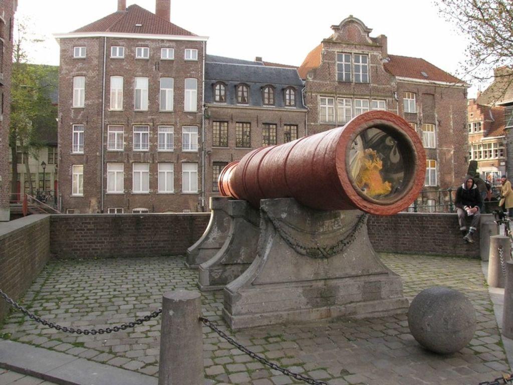 Долгое время она служила для осады городов, стреляя ядрами весом 350 килограммов