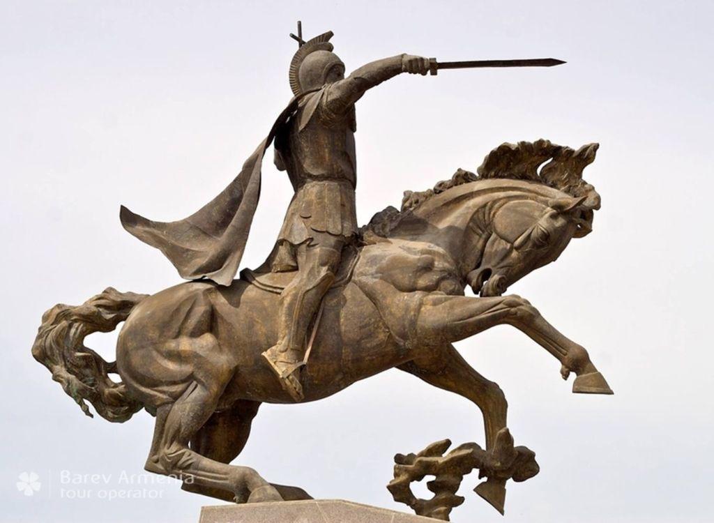 Памятник символизирует борьбу Мамиконяна за веру с врагами Армении