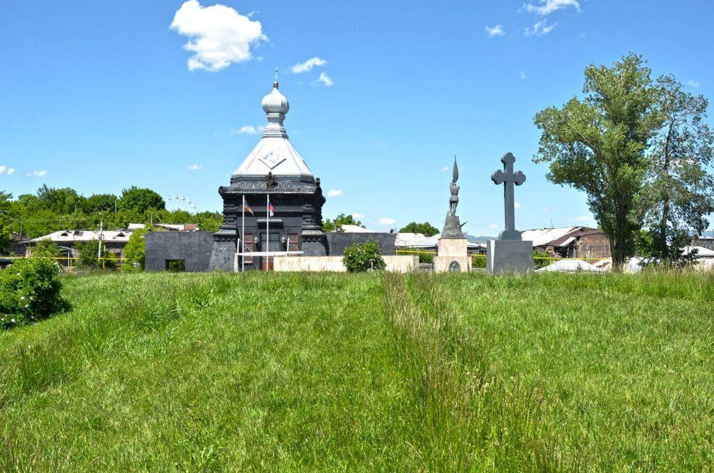 Часовня построена на территории кладбища, на котором погребены войны, сражавшиеся за свободу Армении
