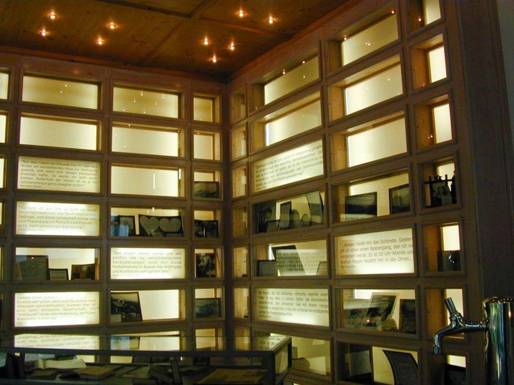 С 2003 года здесь открыта выставка книг и библиотека