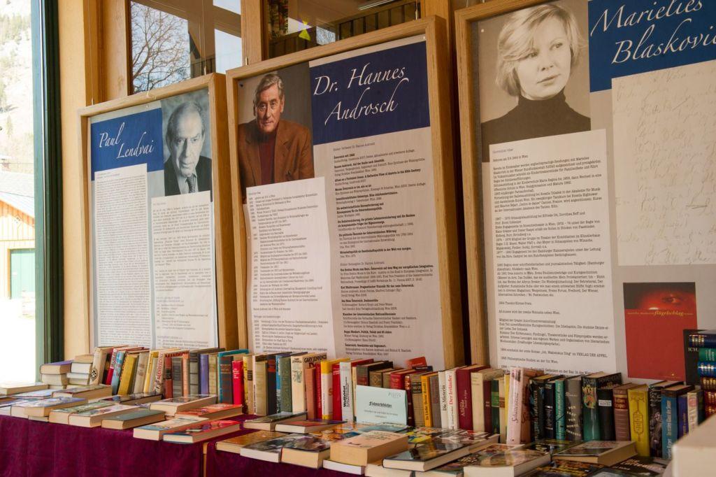 Часто проходят книжные ярмарки, встречи с популярными писателями