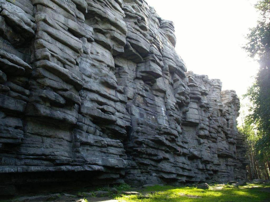 Загадочность этого места объясняется тем, что посреди леса находится огромная груда камней, происхождение которых неизвестно