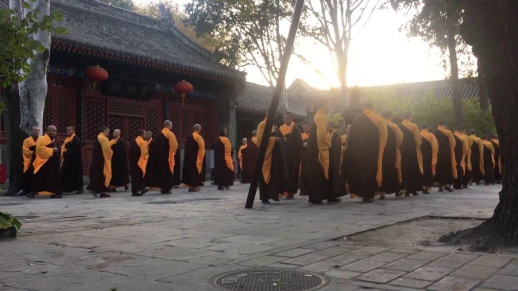 На праздники монахи проводят представления для посетителей храма