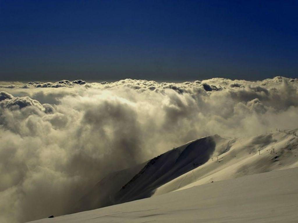 На вершине горы также есть небольшая лыжная трасса с оборудованием, которое можно взять напрокат