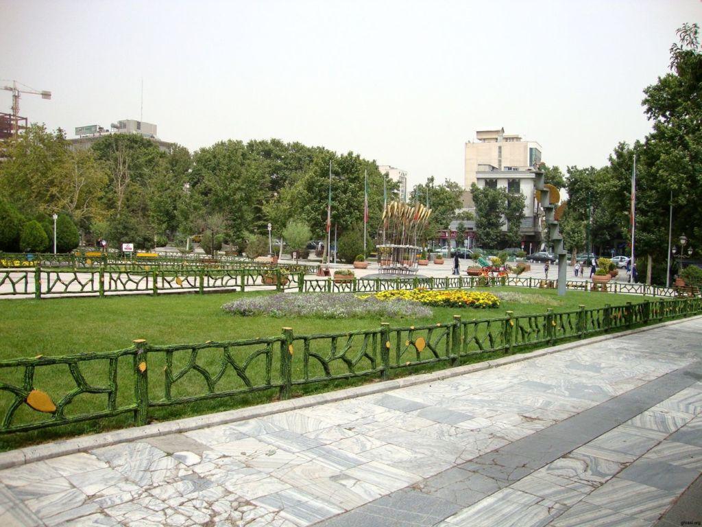 Является одним из старейших и крупнейших парков Тегерана