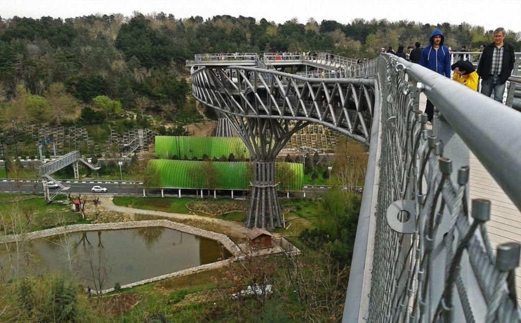 Он соединяет 2 парка, Талегани и Або Аташ, через шоссе Модаррес
