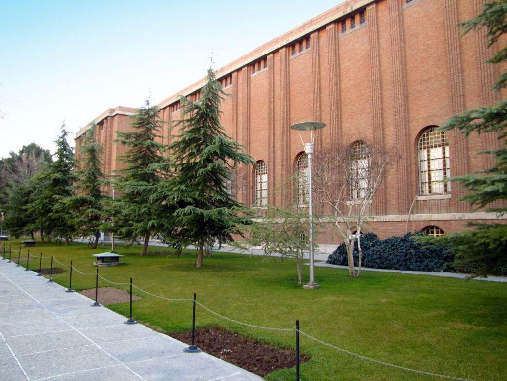 Национальный музей Ирана наполнен впечатляющим набором ценностей и объектов от 30000 лет обитания человека в иранском плато