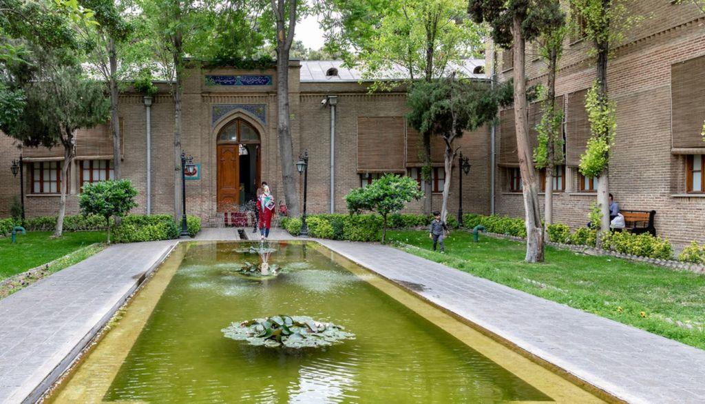 История сада взаимодействует с историей Тегеранского университета и знаменитого иранского художника Камаль-ол Молка