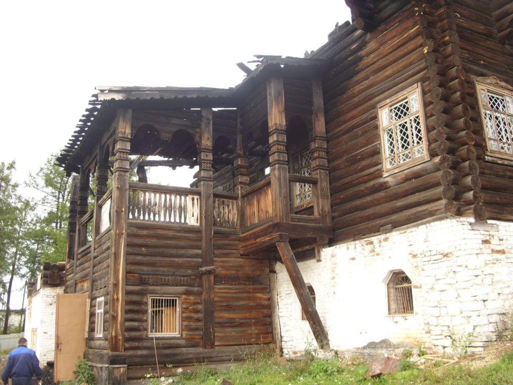 Деревянный дом в виде стилизованного терема возведен в лучшей традиции древнерусского зодчества без единого гвоздя