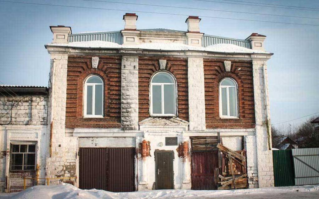 В городе в силу его истории много старинных деревянных и каменных зданий конца 19-начала 20 веков