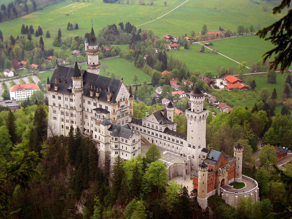 Замок строился для короля Людвига ll еще 150 лет назад