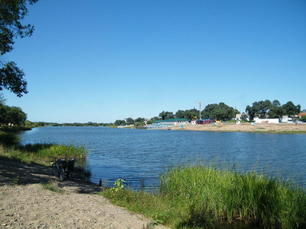 Сегодня на озере купаются и загорают в летнее время