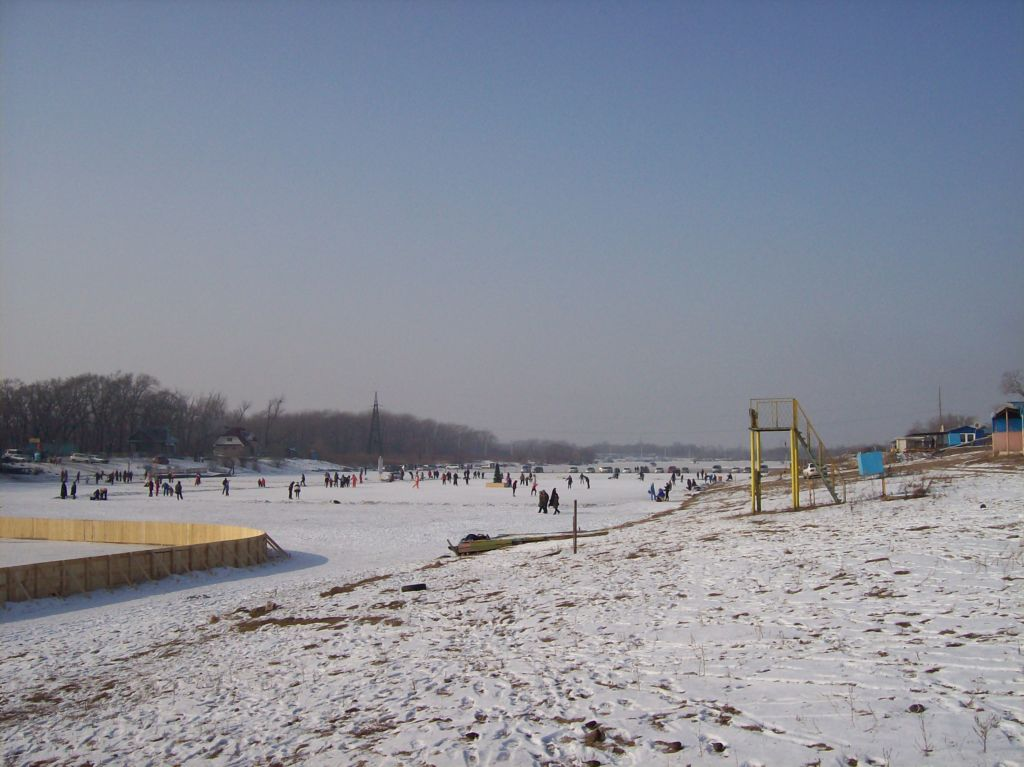 Зимой по озеру можно ходить, корка льда довольно плотная