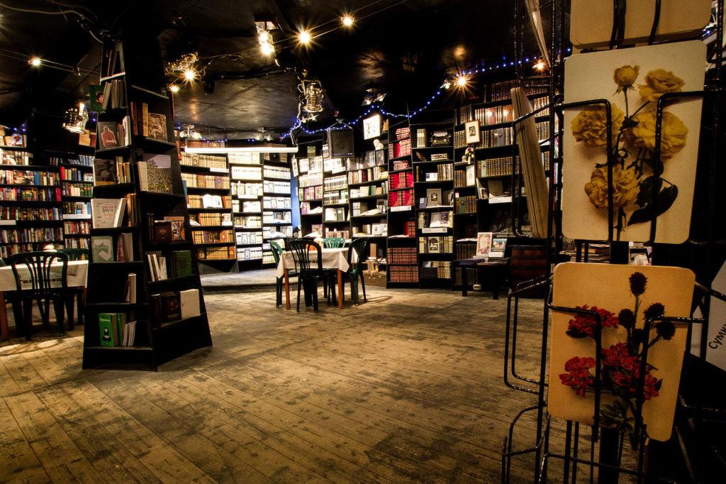 Гиперион — это 150 квадратных метров, на которых разместились полки с книгами, сцена для литературных выступлений и чайный бар
