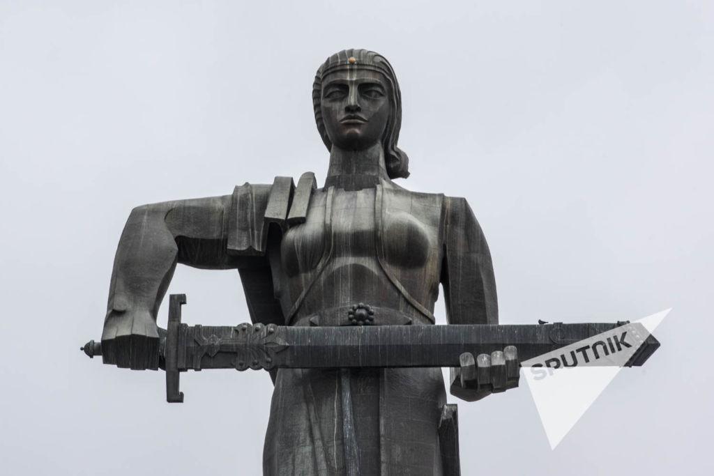 Памятник крупным планом