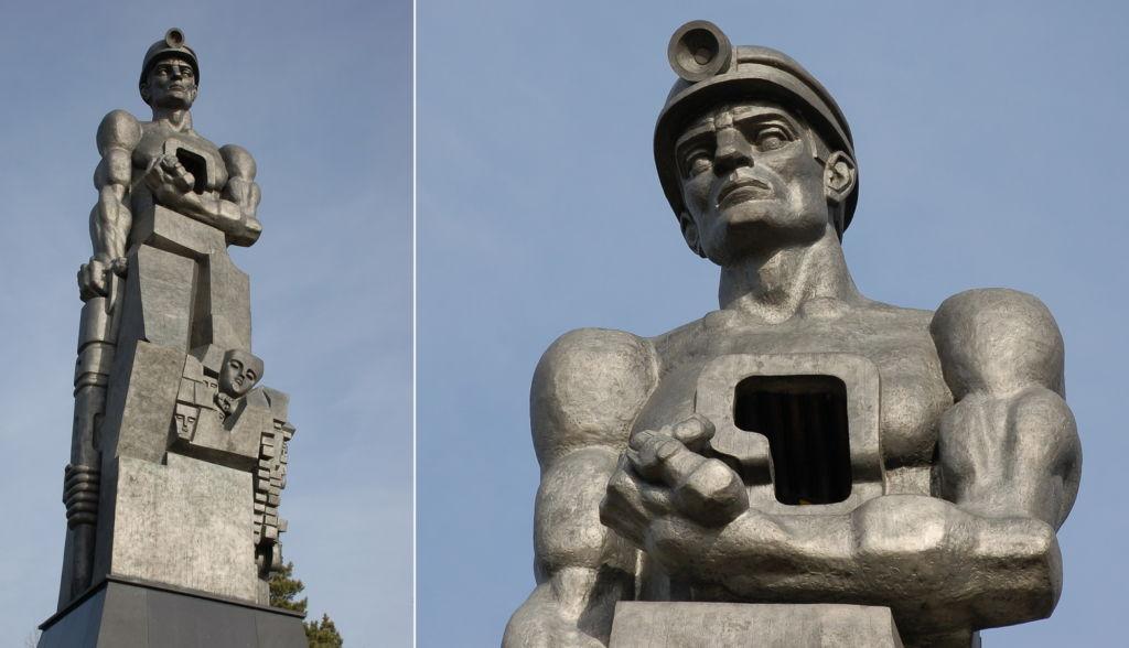 Правой рукой шахтер опирается на отбойный молоток, а в левой держит пылающий уголек — сердце, которое он вынул из своей груди