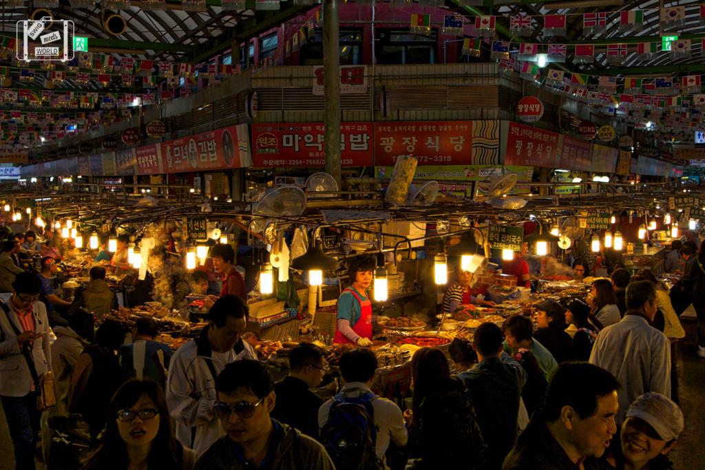 Вечером здесь можно поужинать и попробовать традиционные корейские напитки