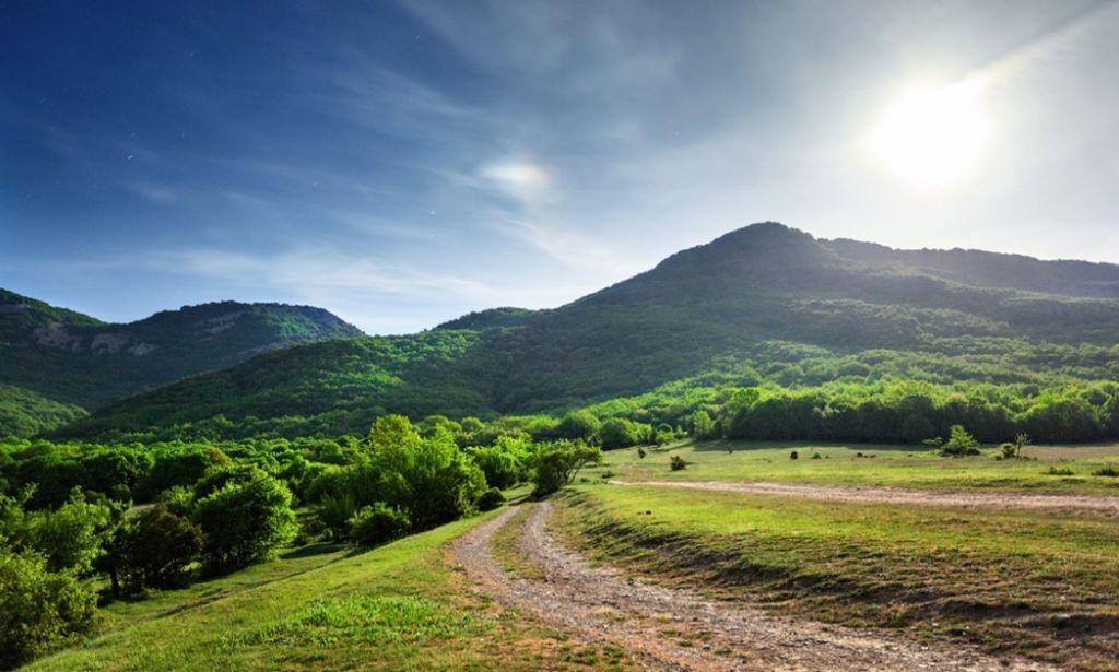 По долине протекает река Черная и находятся два водохранилища