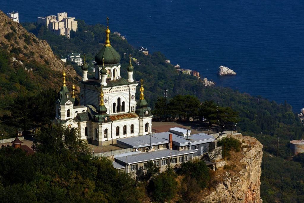 Расположена на высоте 412 метров над уровнем моря