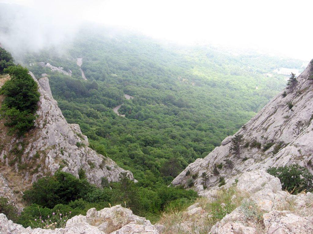 Раньше перевал служил дорогой к пещерным поселениям
