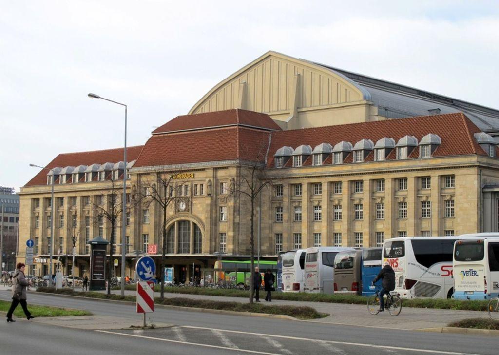 Старинное здание соединяет в себе и вокзал, и торговый комплекс