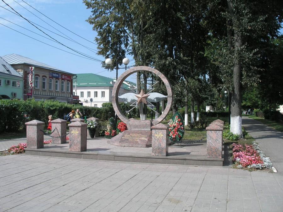 Здесь установлен памятник Неизвестному солдату