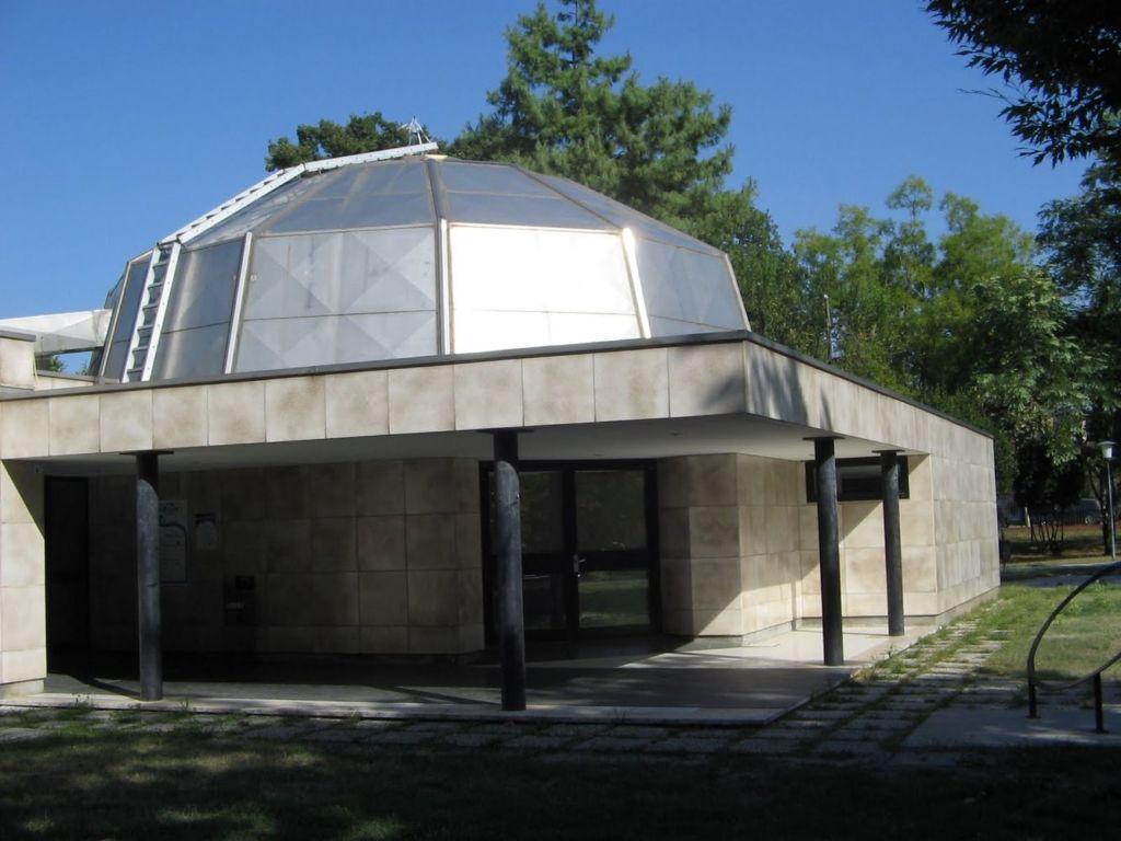 С внутренней стороны купол представляет взгляду зрителя звёзды и планеты