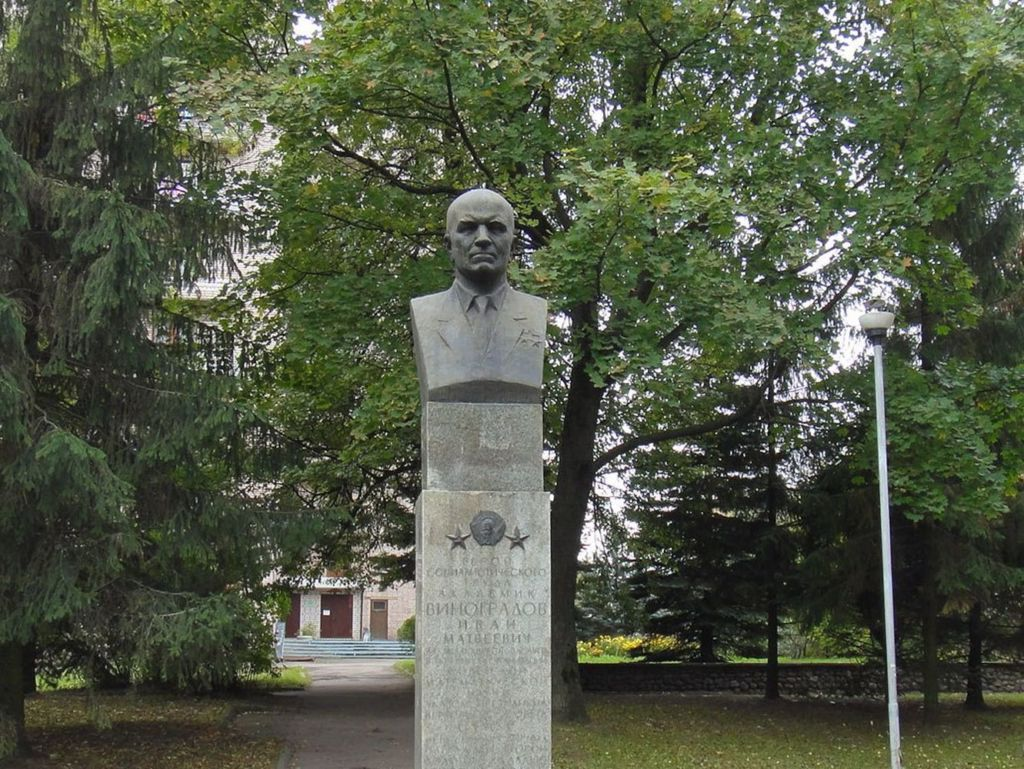 Памятник высотой 3.73 метра установлен в 1979 году