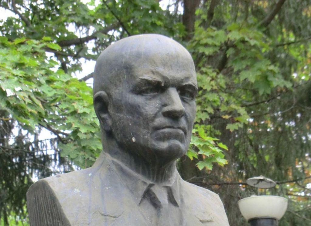 Бронзовый бюст ученого был создан архитектором Н.А. Ковальчуком