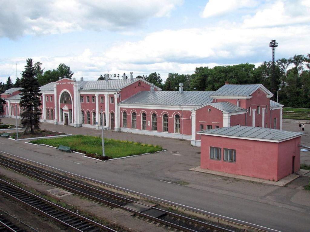 На здании есть памятная доска о строительстве и основании станции