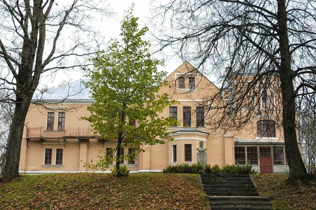 В доме Ковалевской хранятся личные вещи, экспозиция мебели, картин