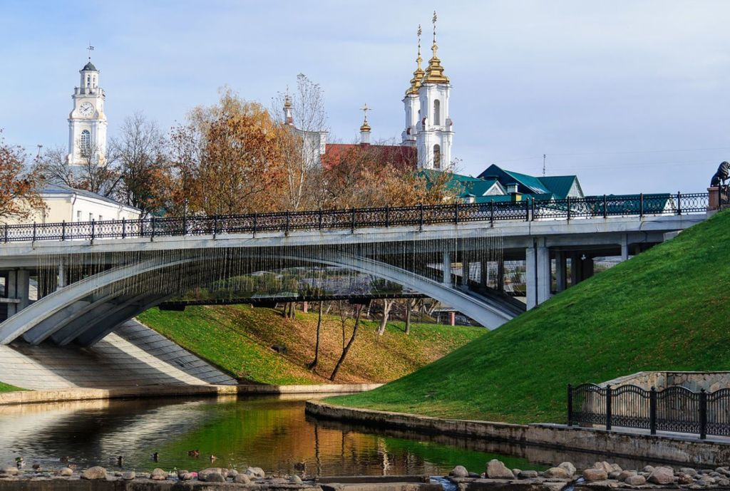 Пешеходный мост с арками расположен в центральной части города