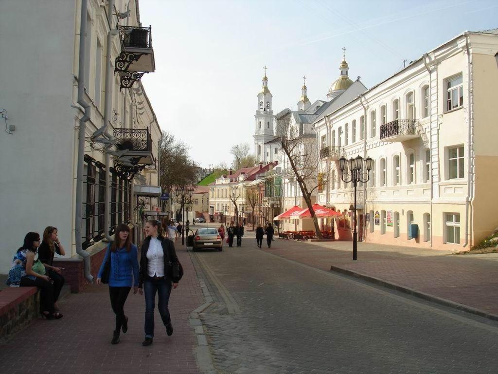 Тянется от Воскресенской церкви и Суворовской улицы к берегам рек