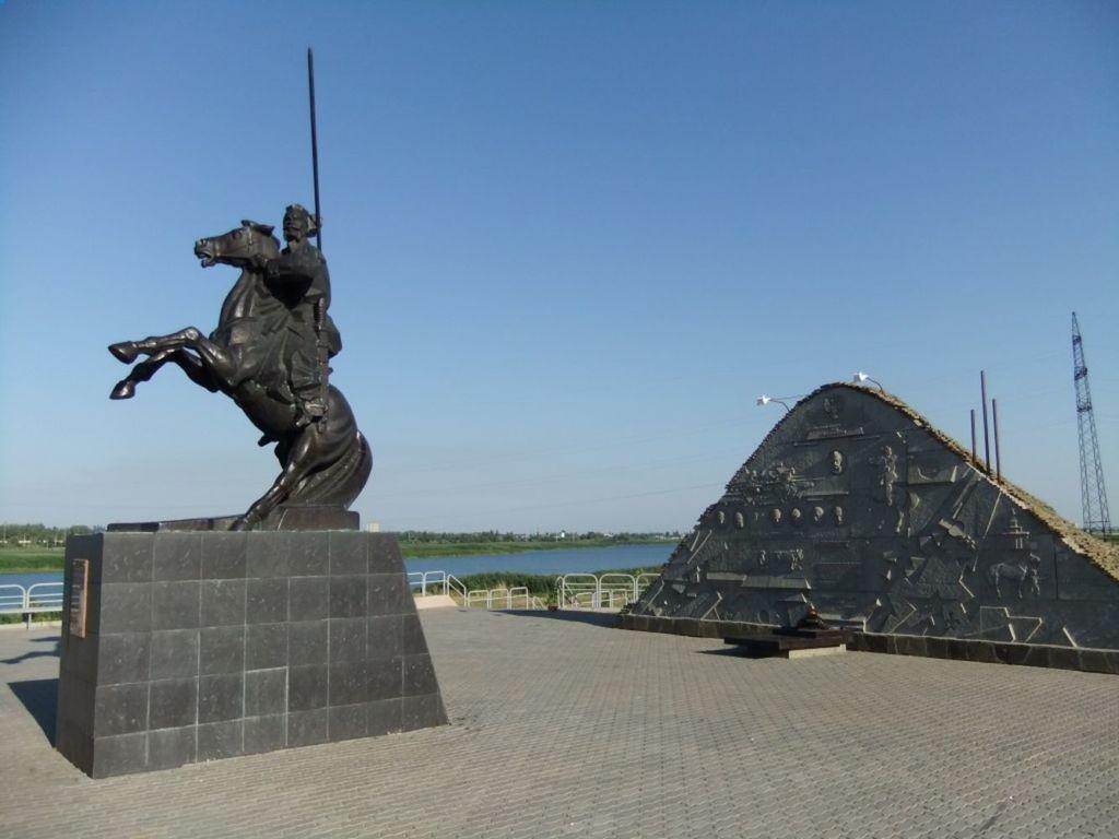 Набережная города и Курган Казачьей славы