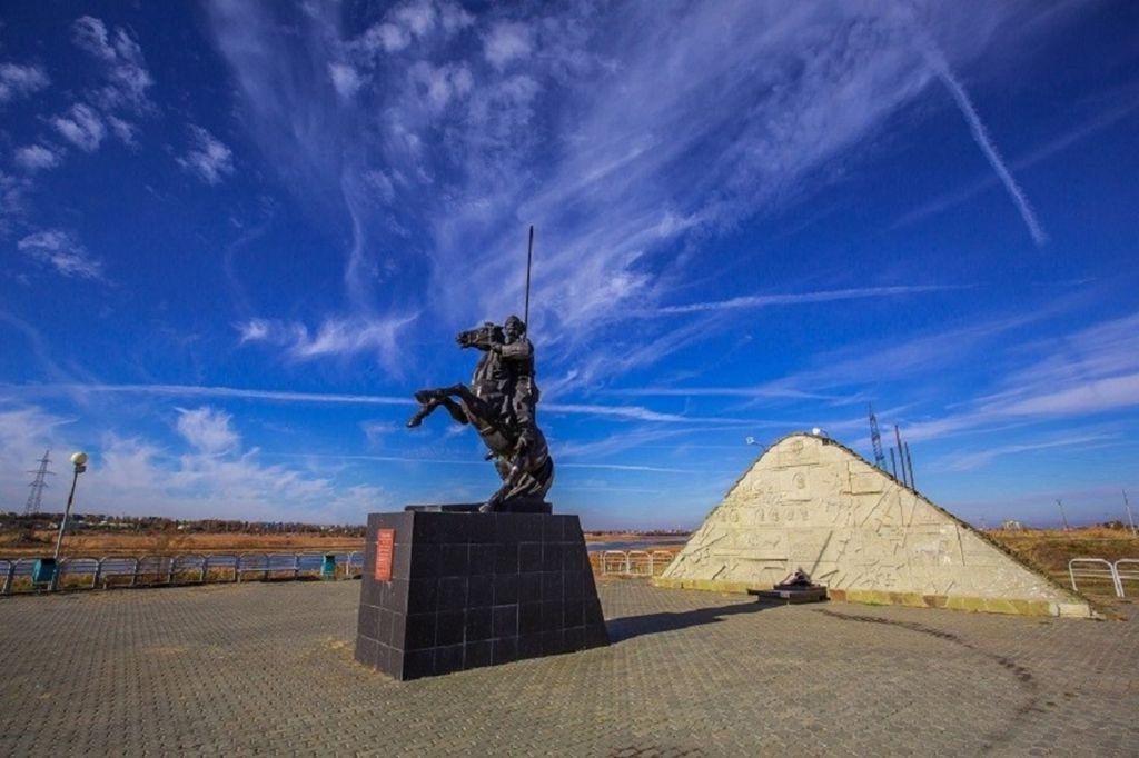 В центре расположился памятник генералу кавалерии Якову Бакланову